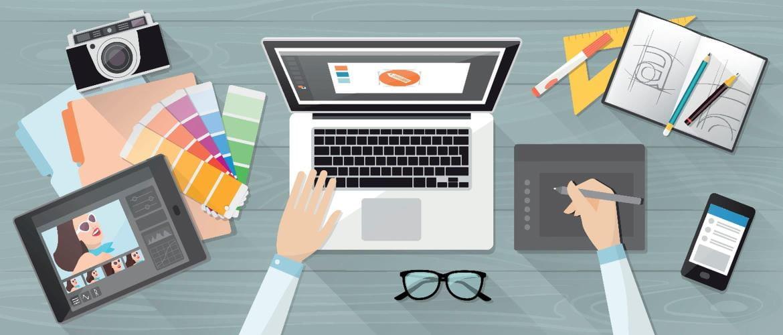 Une scène animée montrant un employé travaillant à la conception d'un logo d'entreprise en utilisant des échantillons de couleurs, une caméra, une tablette, un ordinateur portable et un bloc de croquis sur un bureau en bois.