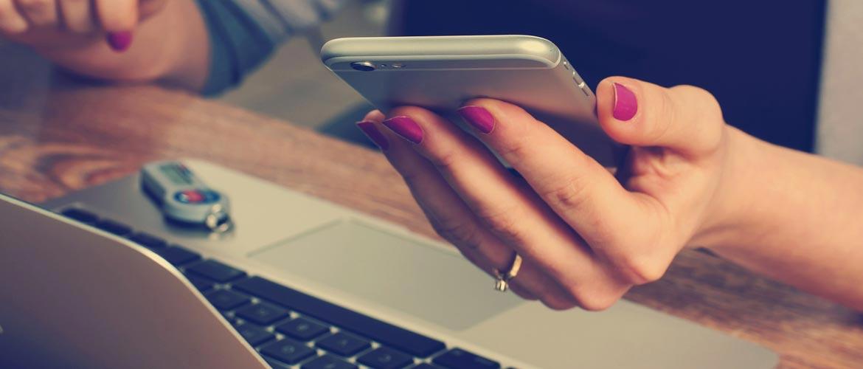 Jeune femme consultant son smartphone