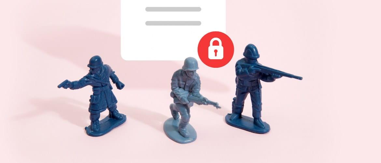 Trois petits soldats en plastique debout sur un fond rose défendent un document PDF sécurisé en papier contre une atteinte à la protection des données d'une entreprise.