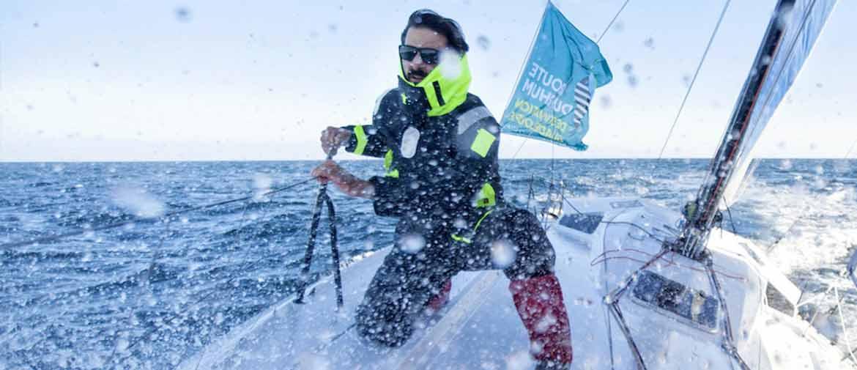 Le navigateur Yoann Richomme faisant face à la tempête pendant la Route du Rhum 2018