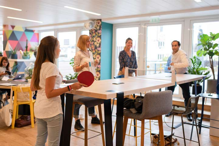 Des coworkers de Nextdoor en train de jouer au ping pong