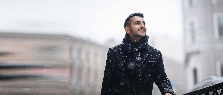 Homme sous la neige en ville