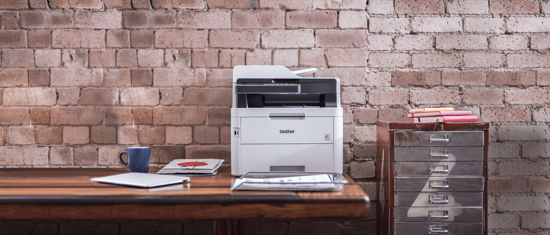 L'imprimante laser couleur Brother DCP-L3550CDW posée sur un bureau
