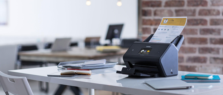 Scanner ADS-3600W dans un bureau très fréquenté avec sortie ouverte
