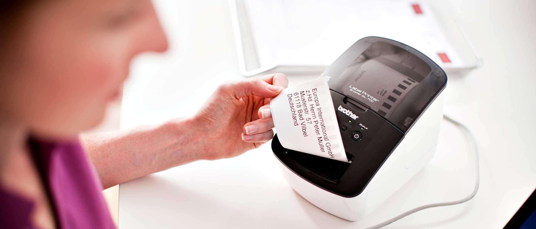 Femme imprimant une étiquette avec une imprimante QL
