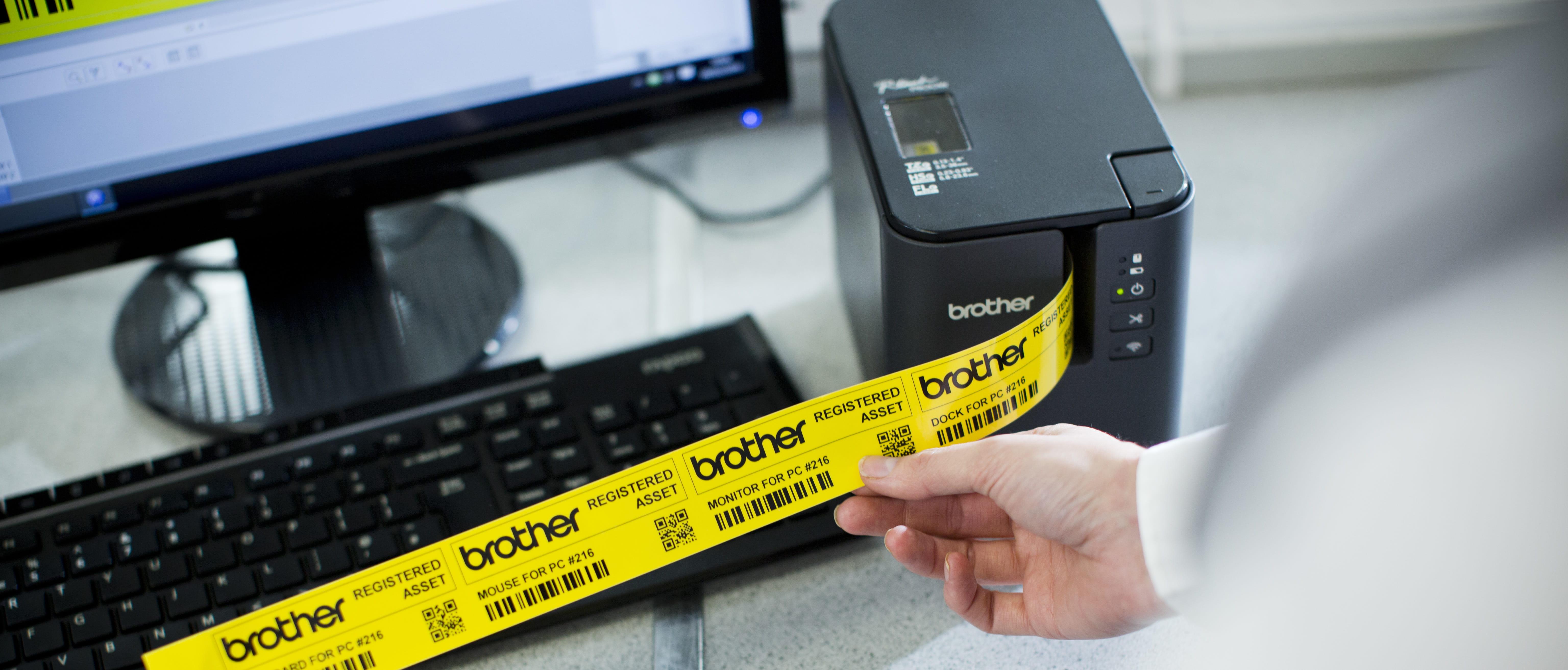 Imprimante d'étiquettes P-touch PT-P900W avec ruban Pro jaune en cours d'impression