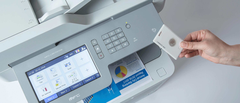 MFC-L95700CDW avec l'utilisation de la fonction Secure Print pour imprimer en toute sécurité avec une carte d'identification