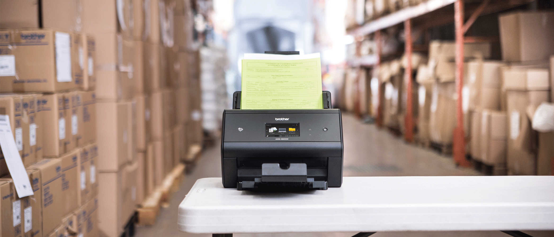 Le scanner ADS-3600W dans un entrepôt.