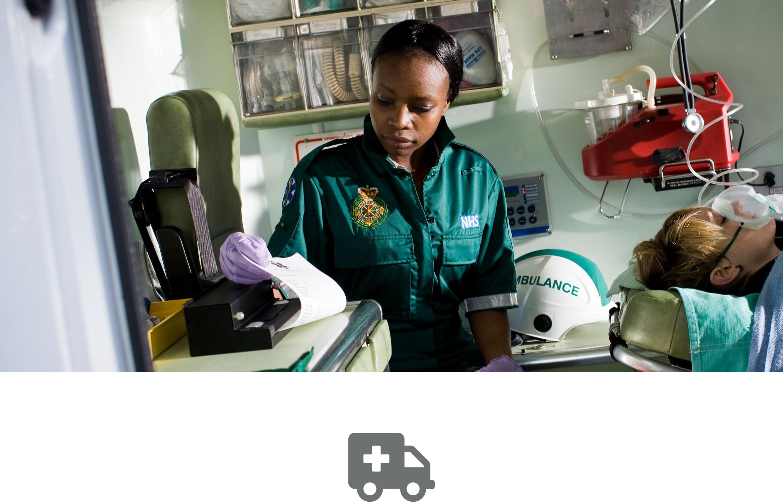 Enregistrement du patient en cours d'impression sur une imprimante portable PJ de Brother par un ambulancier dans une ambulance