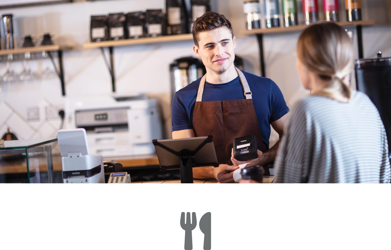 Serveur servant un café à une cliente.
