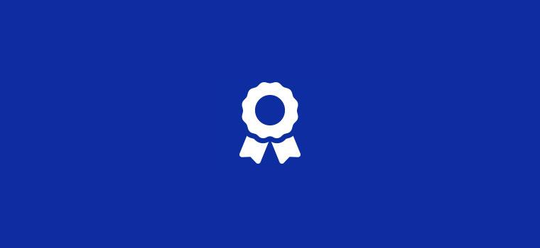 Fond bleu avec icône blanche représentation un ruban récompense