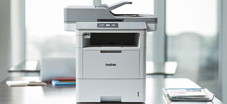 MFC-L6900DW, imprimante laser mono professionnelle posée sur un bureau