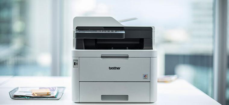 L'imprimante laser couleur Brother MFC-L3270CDW sur un bureau blanc