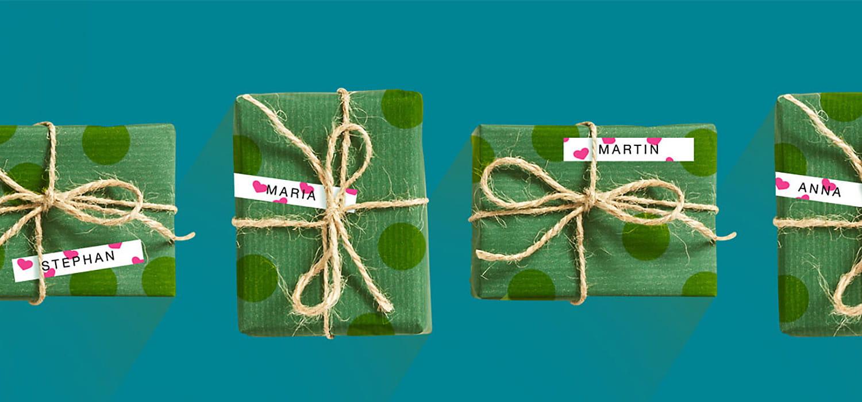 Rangée de cadeaux de Noël étiquetés avec une étiquette P-touch Brother à petits cœurs roses