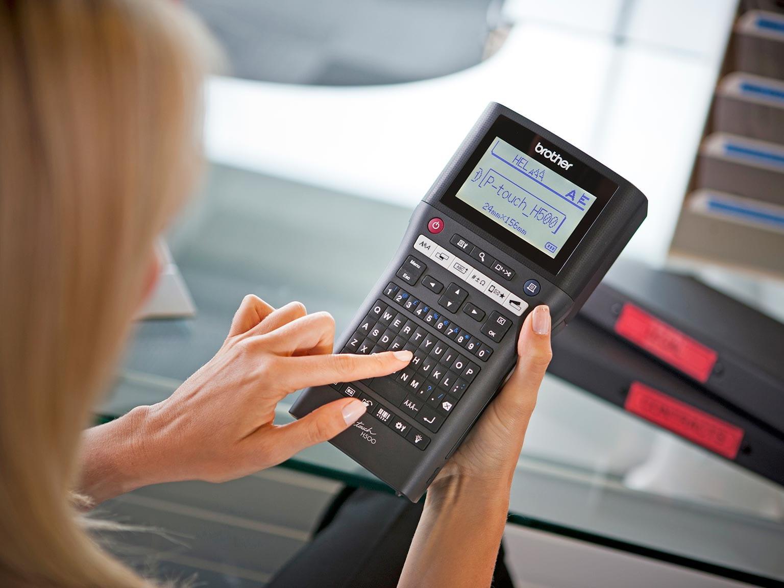 Impression d'une étiquette sur une P-touch H500 par un gestionnaire d'installations