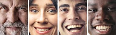 Différents visages avec de grand sourires.