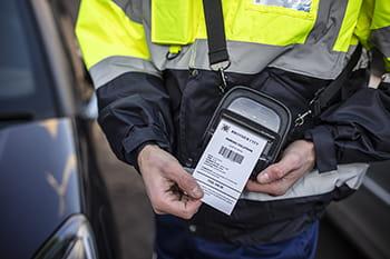 Un policier imprime une contravention à l'aide d'une imprimante Brother