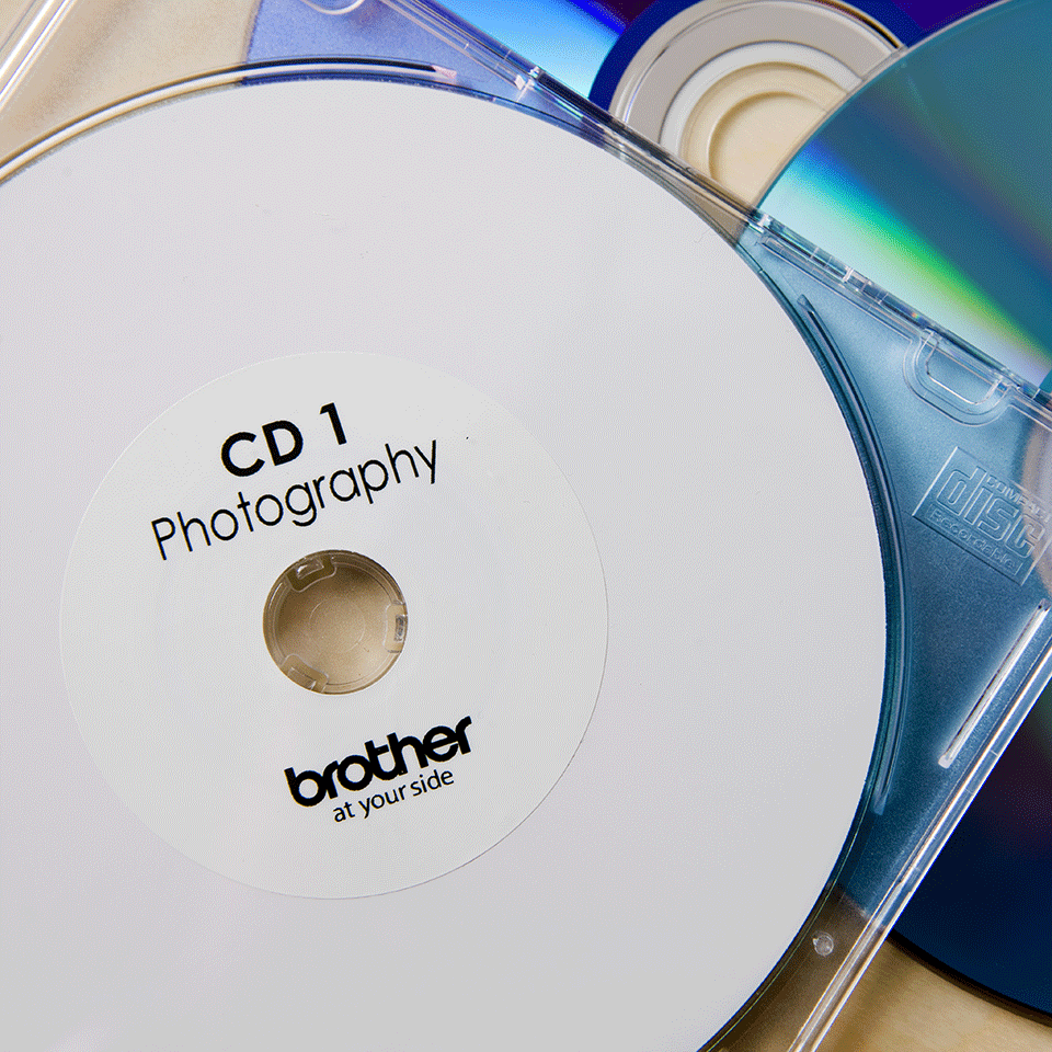 Rouleau d'étiquettes pour CD/DVD DK-11207 Brother original – Noir sur blanc, 58mm de diamètre. 1